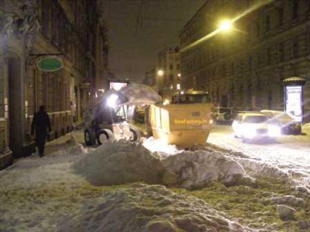 Notirita sniega izvesana no ietvem, pagalmiem un laukumiem